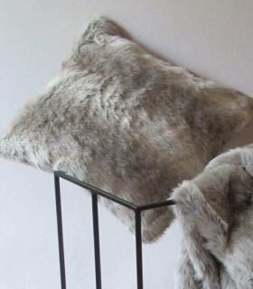 plaid fausse fourrure gris 150 x 170 cm plaid addict vente en ligne de 10. Black Bedroom Furniture Sets. Home Design Ideas