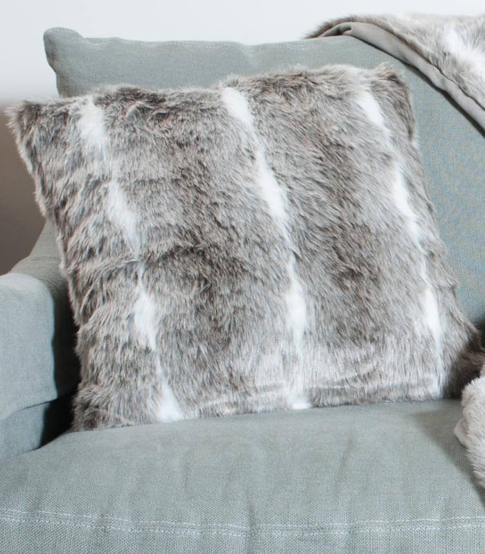 coussin fausse fourrure m g ve gris taupe plaid addict vente en ligne de hors stock. Black Bedroom Furniture Sets. Home Design Ideas