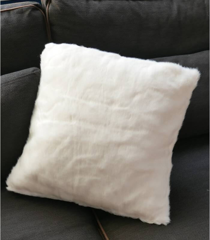 coussin fausse fourrure blanc 45 x 45 cm plaid addict vente en ligne de moins de 50. Black Bedroom Furniture Sets. Home Design Ideas