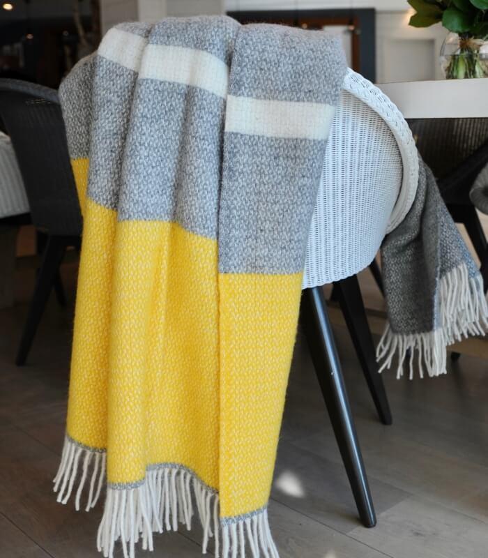 plaid 100 laine jaune et gris plaid addict vente en ligne de plaids gris. Black Bedroom Furniture Sets. Home Design Ideas